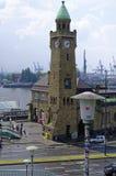 历史的背景和港口设施的港口在有船的汉堡和船坞与钟楼在7月的11日德国欧洲201 免版税库存照片