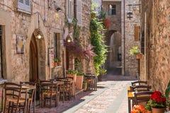 历史的胡同的典型的意大利餐馆 免版税库存图片