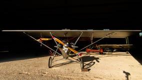 历史的航空器在它等` s飞机棚下飞行表演 图库摄影