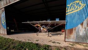 历史的航空器在它等` s飞机棚下飞行表演 免版税库存图片