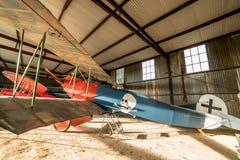历史的航空器在它等` s飞机棚下飞行表演 免版税图库摄影