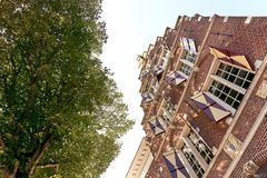 历史的荷兰房子门面在Harlingen 免版税库存照片