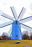 历史的荷兰风车前面 库存图片