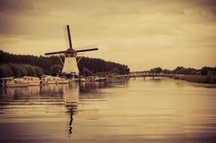 历史的荷兰风车在阿尔布拉瑟丹, Netherla 免版税库存照片