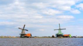 历史的荷兰风车在Zaan河的赞瑟斯汉斯在荷兰 库存照片