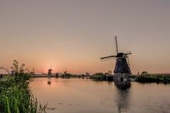 历史的荷兰风车的美丽如画的图象在运河前面的 免版税库存照片