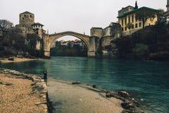 历史的莫斯塔尔桥梁在阴天 免版税库存图片