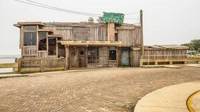 历史的街市雪松钥匙的前江边餐馆 免版税库存照片