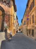 历史的街道在锡耶纳,意大利 免版税库存照片