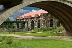历史的街道汽车驻地通过在科莫公园的人行桥在圣保罗,明尼苏达 免版税库存图片