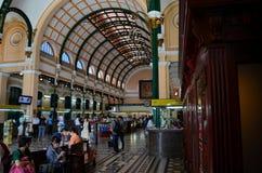 历史的西贡中央邮局大厦内部大厅  免版税库存照片
