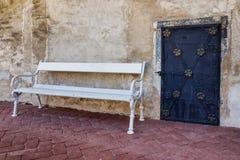 历史的门和长凳在Telc 免版税库存照片