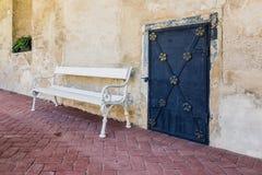 历史的门和长凳在Telc 免版税库存图片