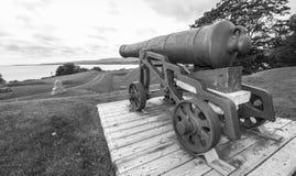 历史的防御,过去的大炮,现在遗物,坐他们的登上 免版税图库摄影