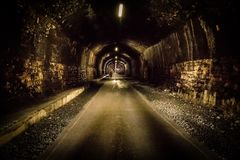 历史的隧道在被放弃的每月一次足迹和地下在高峰区 免版税图库摄影