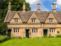 历史的露台的议院在英国村庄 库存图片