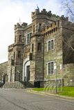 历史的黄柏监狱的前门和步在黄柏城市爱尔兰 修建在维多利亚女王时代的时代这个老石大厦 免版税库存照片