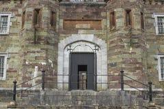 历史的黄柏监狱的前门和步在黄柏城市爱尔兰 修建在维多利亚女王时代的时代这个老石大厦 免版税图库摄影
