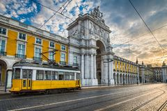 历史的黄色电车在里斯本,葡萄牙 库存图片