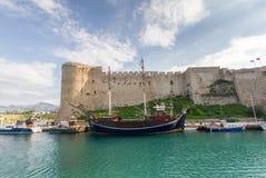 历史的7世纪广告城堡在老凯里尼亚港口,塞浦路斯 库存照片