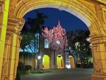 历史的建筑学黄色曲拱与夜蓝天的 免版税库存图片