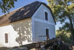 历史的水车在Elim使命村庄  免版税库存图片
