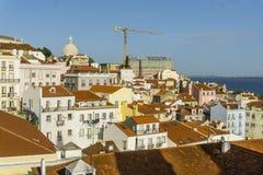 历史的Alfama水平的看法在里斯本,葡萄牙 免版税库存图片