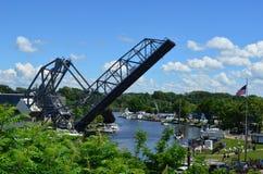 历史的Ashtabula港口升降吊桥在一个晴朗的夏日上升了 库存图片