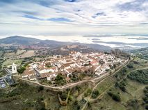 历史的Monsaraz和湖鸟瞰图瓜迪亚纳河的,强麦酒 图库摄影