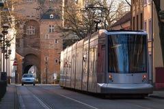 历史的obertor和地铁在neuss德国训练 免版税库存图片