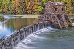 历史的Speedwell湖和秋天在秋天颜色期间 库存照片