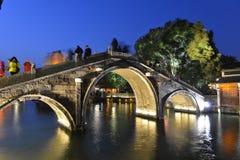 历史石桥梁夜场面在Wuzhen镇,浙江,中国 免版税库存图片