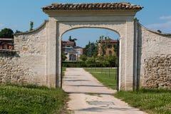 历史绿园Farnesiano外在入口和小径在萨拉巴甘扎帕尔马,意大利 库存图片