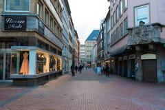 历史老城市Altstadt区街道视图在杜塞尔多夫,德国 免版税库存照片