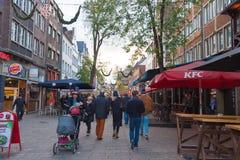 历史老城市Altstadt区街道视图在杜塞尔多夫,德国 库存图片