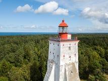 历史老Kõpu灯塔Kopu灯塔,希乌马岛海岛,爱沙尼亚空中寄生虫照片 鸟鸟眼睛布拉格s视图 免版税库存照片