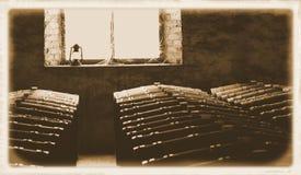 历史葡萄酒桶上个世纪照片在窗口里 免版税库存图片