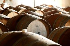 历史葡萄酒桶照片在地窖里 免版税库存照片