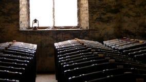 历史葡萄酒桶照片在窗口里 免版税库存照片