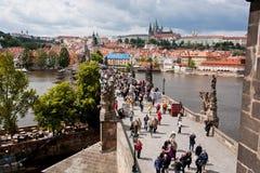 历史被修补的查理大桥在捷克 免版税库存图片