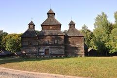 历史记录 古老木基督教教会在夏天草甸 库存图片