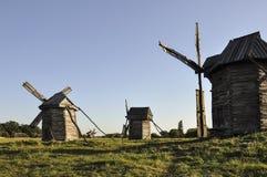 历史记录 古老风车在老童话在绿色草甸 免版税库存照片