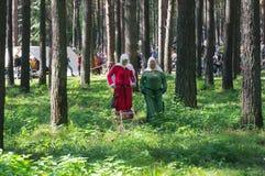 历史重建中世纪年龄节日的参加者  库存图片