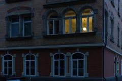 历史门面和窗口与灯和光在10月 库存照片
