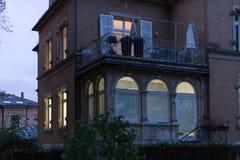 历史门面和窗口与灯和光在10月 免版税库存图片