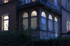 历史门面和窗口与灯和光在10月 库存图片