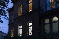 历史门面和窗口与灯和光在10月 图库摄影