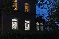 历史门面和窗口与灯和光在10月 免版税库存照片