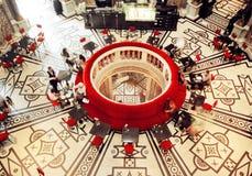 历史餐馆内部在有dinning的人民的Kunsthistorisches博物馆 免版税库存照片