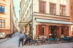 历史餐馆的侍者在Gamla斯坦,老镇地区为顾客服务 免版税库存照片